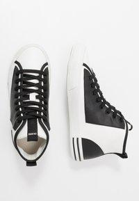 Guess - NETTUNO - Sneakersy wysokie - white/black - 1