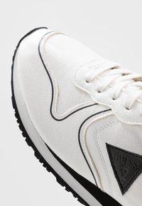 Guess - NEW GLORYM - Sneakersy niskie - white - 6
