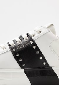 Guess - SALERNO II - Sneakers laag - white/black - 5