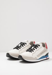 Guess - A$AP ROCKY - Sneakers - white/grey/red - 2
