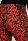 Guess - SEXY CURVE - Vaqueros pitillo - pop red combo
