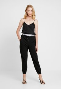 Guess - CORINNE JOGGER TAPE - Trainingsbroek - sporty black - 1