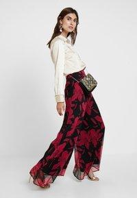 Guess - DENISA PANTS - Bukse - black/red - 2
