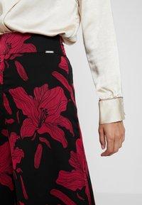 Guess - DENISA PANTS - Bukse - black/red - 4