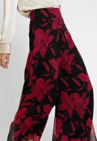 Guess - DENISA PANTS - Bukse - black/red - 6