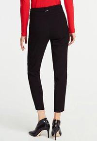 Guess - CARRIE - Pantalon classique - black - 2
