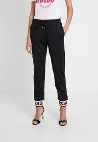 Guess - NINA PANTS - Teplákové kalhoty - jet black - 0