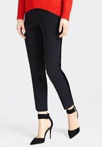 Guess - HOSE SEITLICHE KONTRASTSTREIFEN - Pantalon classique - black - 0