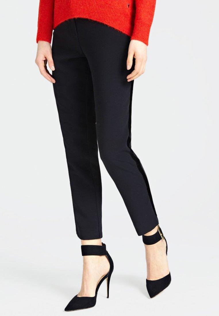Guess - HOSE SEITLICHE KONTRASTSTREIFEN - Pantalon classique - black