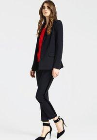 Guess - HOSE SEITLICHE KONTRASTSTREIFEN - Pantalon classique - black - 1