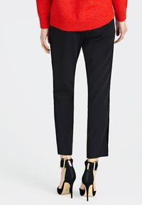 Guess - HOSE SEITLICHE KONTRASTSTREIFEN - Pantalon classique - black - 2