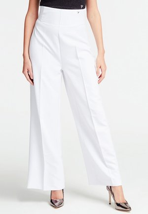 FIT AND FLARE-HOSE - Trousers - white