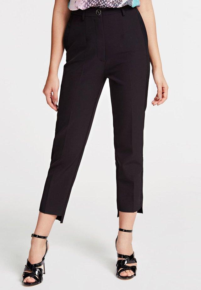 GUESS HOSE SLIM FIT - Spodnie materiałowe - schwarz