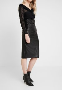 Guess - HELENE SKIRT - Kokerrok - jet black - 0