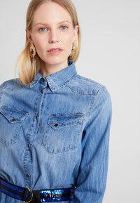 Guess - SAYA DRESS - Sukienka jeansowa - blue denim - 3