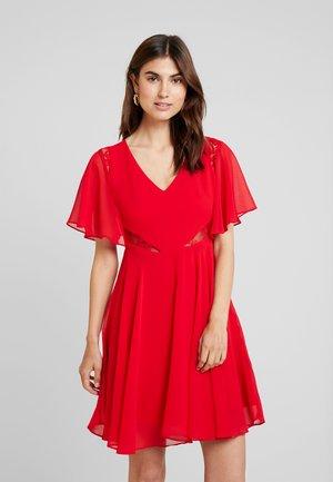 ELLA DRESS - Denní šaty - red attitude