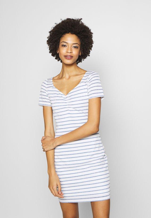 ENRIQUETA DRESS - Sukienka etui - white/ocean lure