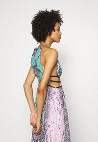 Guess - VIVIENNE DRESS - Robe longue - pop combo - 4