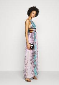 Guess - VIVIENNE DRESS - Robe longue - pop combo - 1