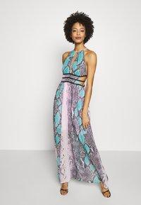 Guess - VIVIENNE DRESS - Robe longue - pop combo - 0