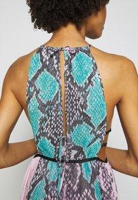Guess - VIVIENNE DRESS - Robe longue - pop combo - 6