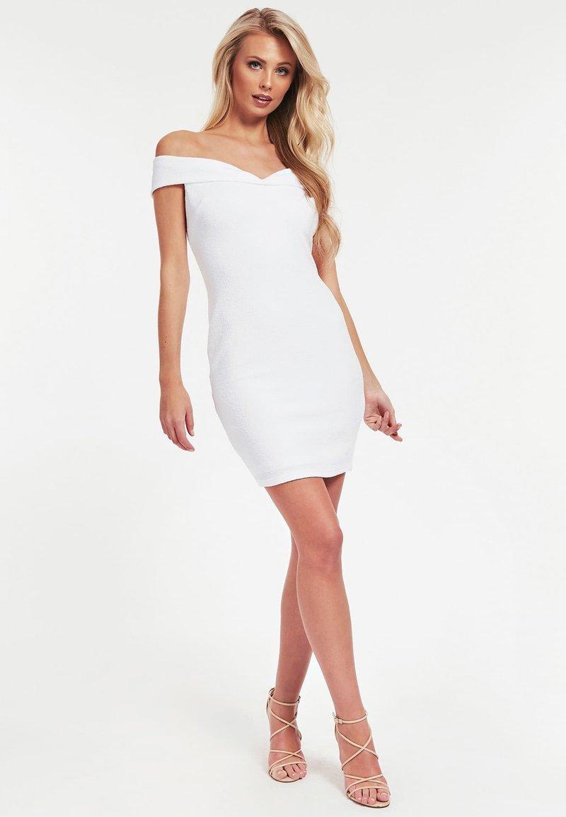 Guess - CRÊPE-KLEID - Sukienka etui - white