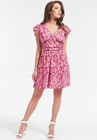 Guess - GUESS KLEID BLUMENMUSTER - Day dress - mehrfarbe rose - 0