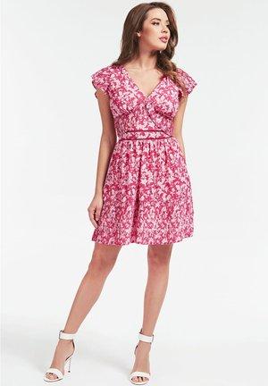 GUESS KLEID BLUMENMUSTER - Sukienka letnia - mehrfarbe rose