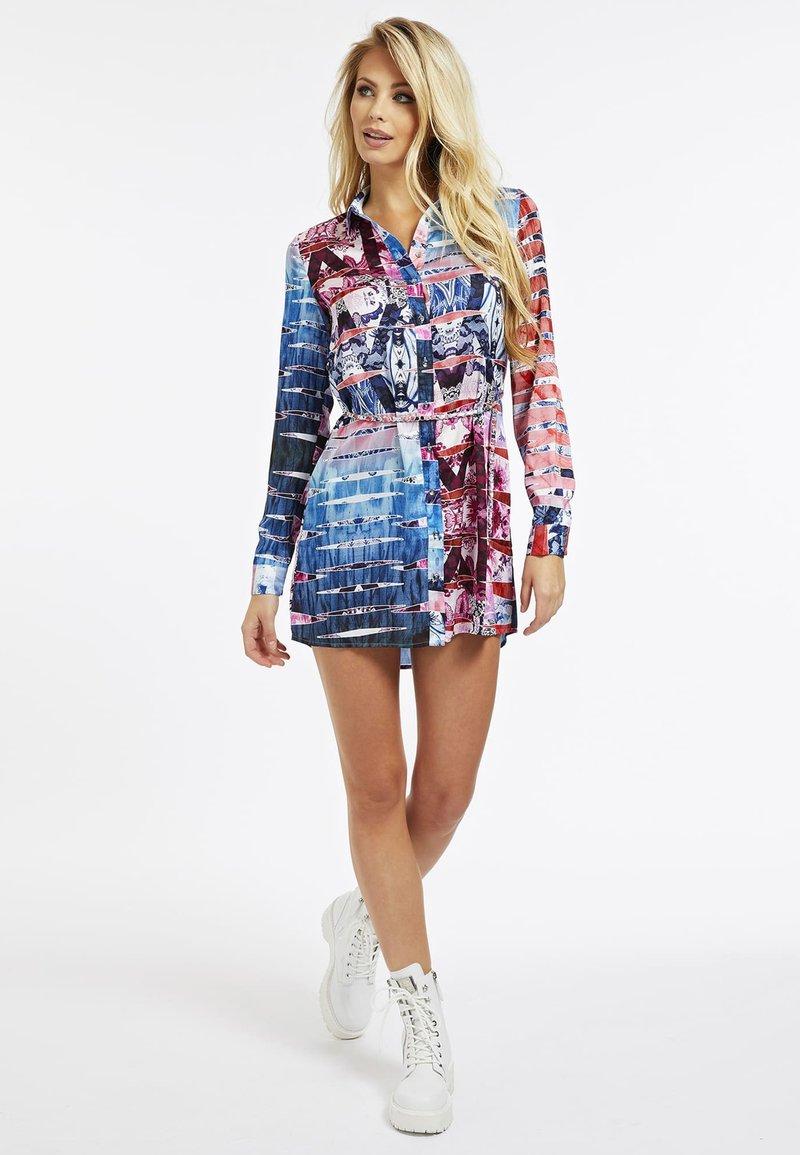 Guess - MIT GÜRTEL - Sukienka koszulowa - gemustert multicolor