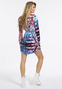 Guess - MIT GÜRTEL - Sukienka koszulowa - gemustert multicolor - 1