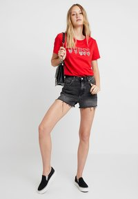 Guess - STONES TEE - T-shirt print - tomato juice - 1