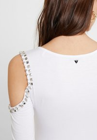 Guess - LEONORA - T-shirt à manches longues - true white - 5
