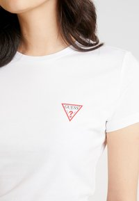Guess - Camiseta básica - true white - 5
