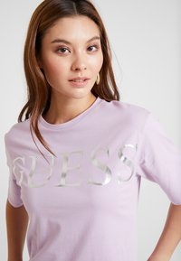 Guess - REGULAR FIT - T-shirt con stampa - lush violet - 4
