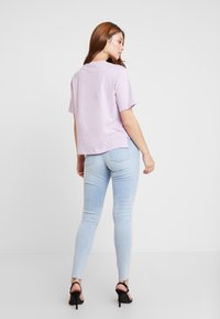 Guess - REGULAR FIT - T-shirt con stampa - lush violet - 2