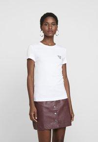 Guess - POP TEE - T-shirts - true white - 0