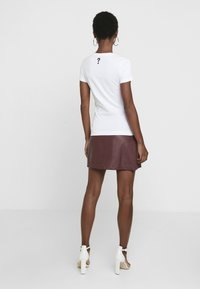 Guess - POP TEE - T-shirts - true white - 2