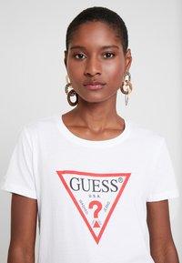 Guess - CREW NECK SS - T-shirt imprimé - true white - 3