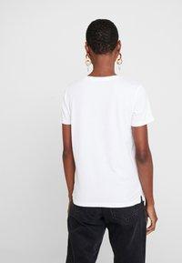 Guess - CREW NECK SS - T-shirt imprimé - true white - 2