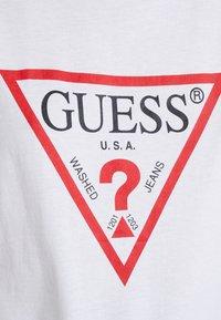 Guess - CREW NECK SS - Camiseta estampada - true white - 5