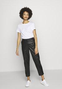 Guess - T-shirts med print - blanc pur - 1