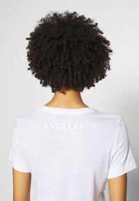 Guess - T-shirts med print - blanc pur - 5