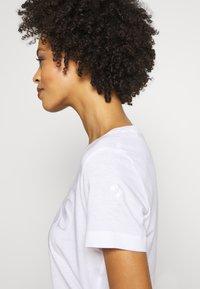 Guess - T-shirts med print - blanc pur - 3