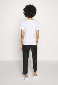Guess - T-shirts med print - blanc pur - 2