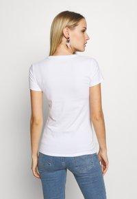 Guess - TRIANGLE - T-shirt print - blanc pur - 2