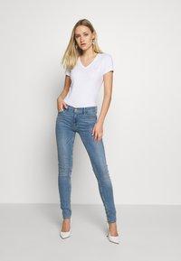 Guess - TRIANGLE - T-shirt print - blanc pur - 1