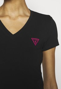 Guess - TRIANGLE - T-shirt con stampa - jet black - 5