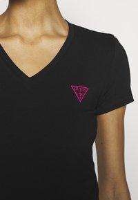Guess - TRIANGLE - T-shirt print - jet black - 5