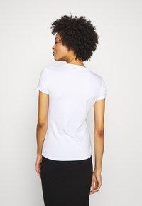 Guess - SS CN ICON TEE - T-shirt imprimé - blanc pur - 2