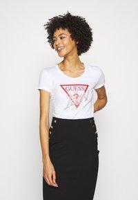 Guess - SS CN ICON TEE - T-shirt imprimé - blanc pur - 0